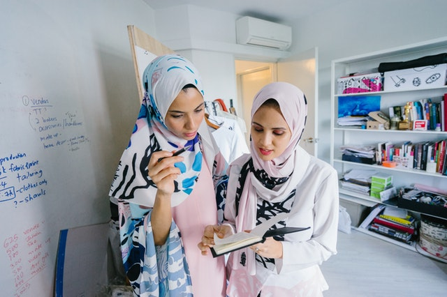 two-women-in-white-hijab-veils-1078741